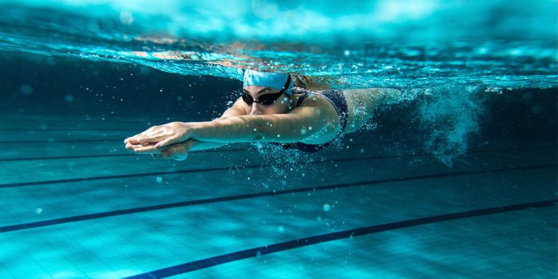 Nadar, uno de los mejores ejercicios para quemar los excesos del verano (iStock)