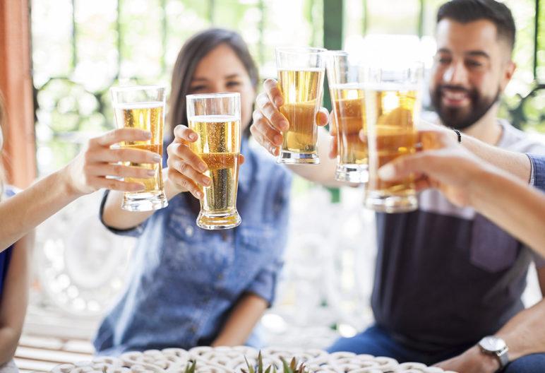 Varios amigos disfrutan de una cervecita (Istock)