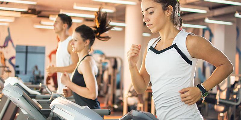 Trotar, en cinta o en la calle, es un buen ejercicio de cardio por sí solo. Y una manera muy buena de calentar (iStock)