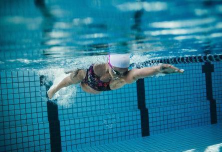 Un ejercicio cardiovascular, por ejemplo la natación, debe ser el primero que se realice cuando el objetivo es perder peso (iStock)