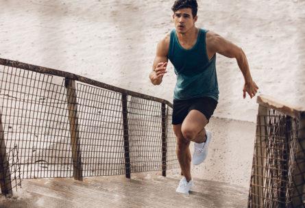 Subir escaleras es un buen ejercicio para mejorar la resistencia (iStock)