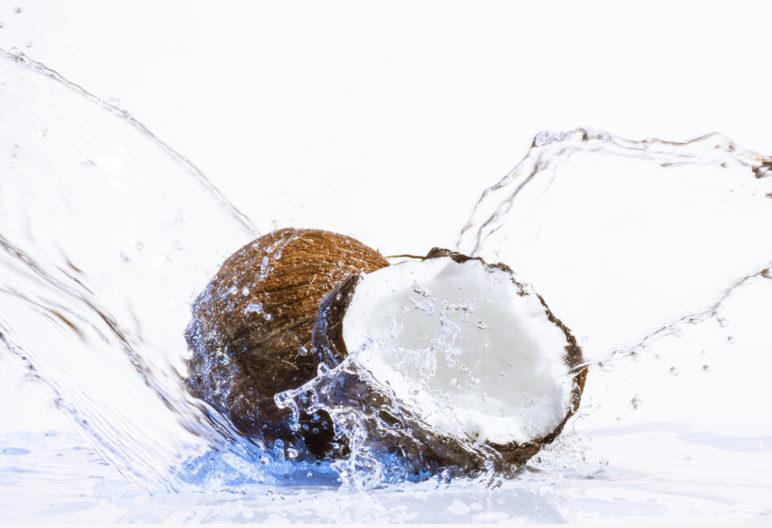 El agua de coco es una de las bebidas que más beneficios tiene (iStock)