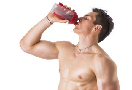 Los suplementos de proteínas son muy utilizados por los hombres que quieren aumenta su masa muscular (iStock)