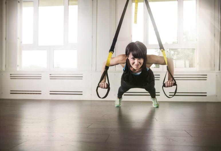 Mujer practicando TRX. InnerVisionPRO (iStock)
