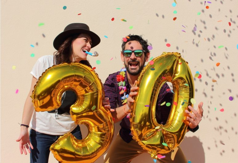 Pareja celebra un treinta cumpleaños (IStock)