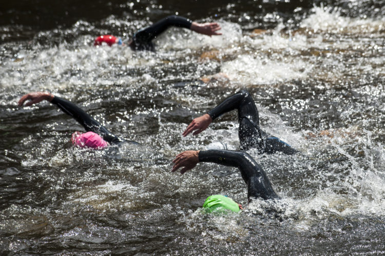 La natación suele ser lo más difícil de preparar para un triatlón (iStock)