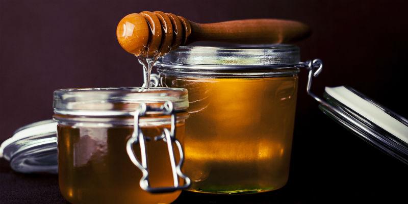 Además de revitalizar después del sexo, la miel favorece el aumento la libido y aviva la pasión (Pixabay)