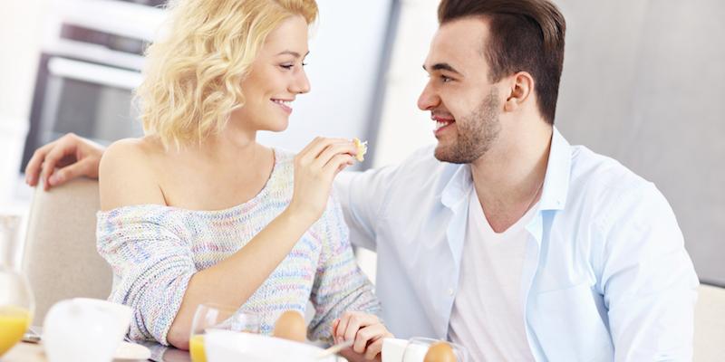 Hay que mirar la comida que tenemos enfrente, incluso olerla y/o tocarla antes de llevárnosla a la boca (iStock)