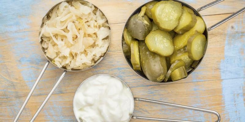 El chucrut, los pepinillos y el yogur contiene un alto nivel de probióticos (iStock)