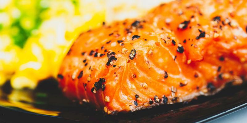 Salmón con aguacate y mango (Pixabay)