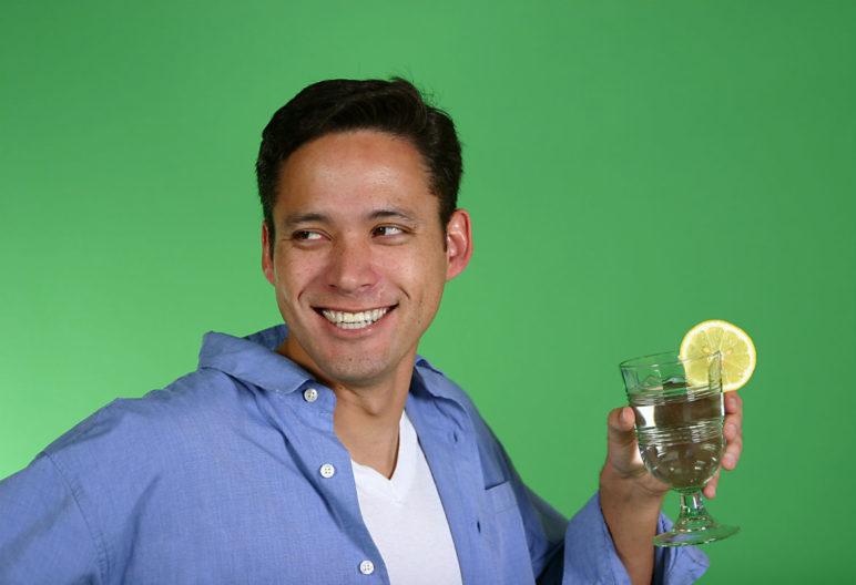 Tomar un vaso de agua de con limón en ayunas aporta numerosos beneficios (iStock)