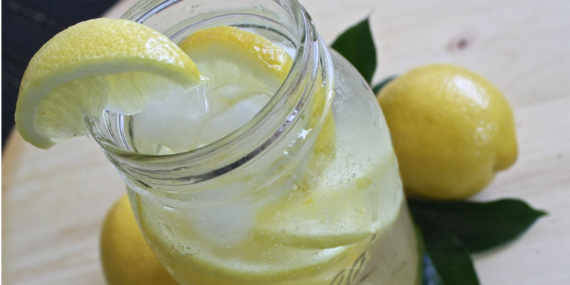 El agua con limón tiene propiedades antioxidantes, desintoxicantes y desinflamantes