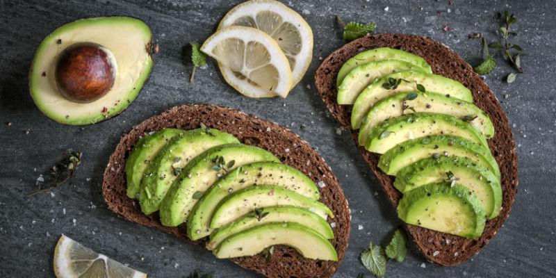 El contenido en fibra y ácido oleico del aguacate ayuda a proteger el colesterol bueno y eliminar el malo (iStock)