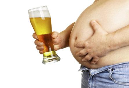 La barriga cervecera, el eterno compañero de muchos (iStock)