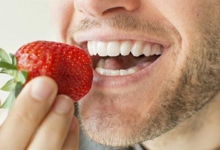 Hay alimentos que ayudan a mejorar la salud bucal (iStock)