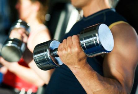 Las mancuernas se utilizan habitualmente para fortalecer bíceps (iStock)