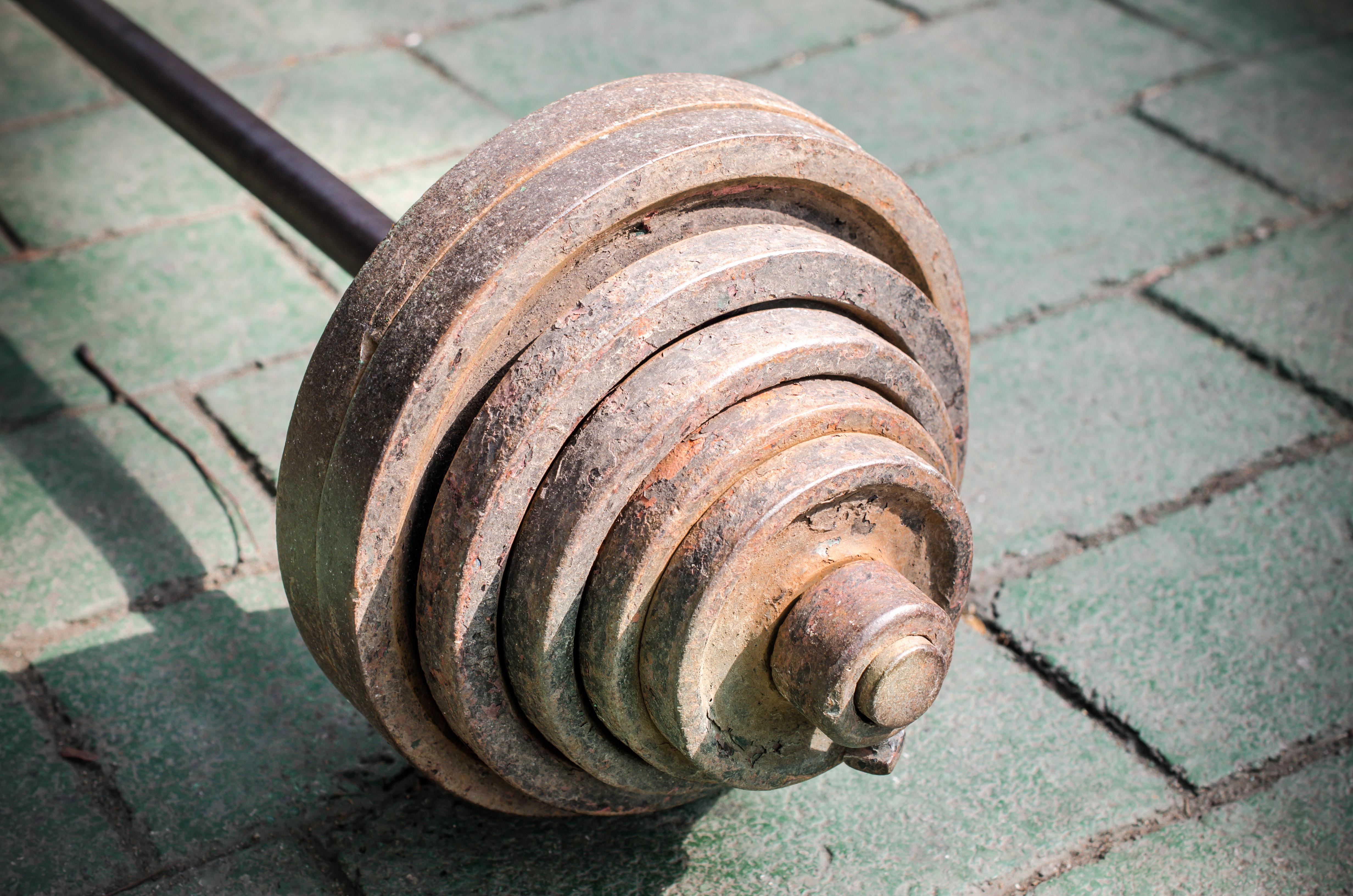 El peso que levantemos en el gimnasio debe estar en corcondancia con nuestra condición física (iStock)