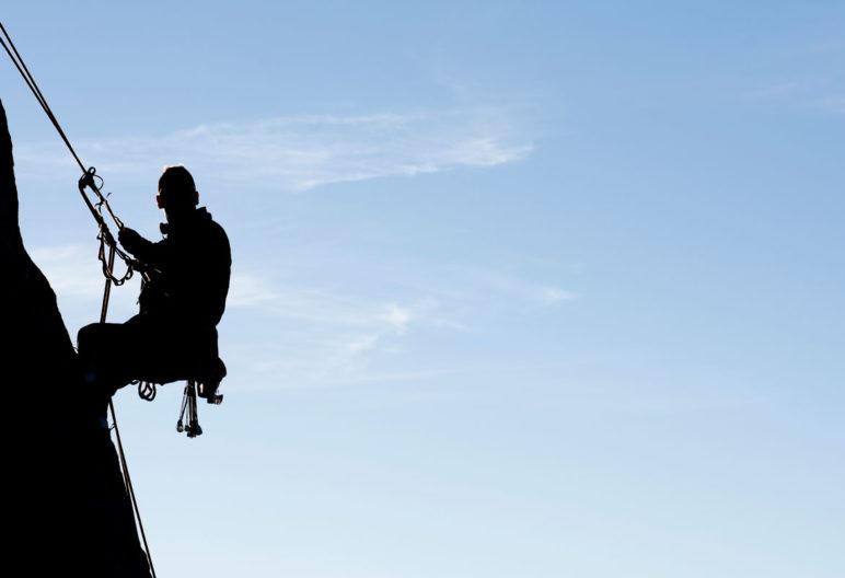Puedes practicar la escalada al aire libre o en un rocódromo (iStock)