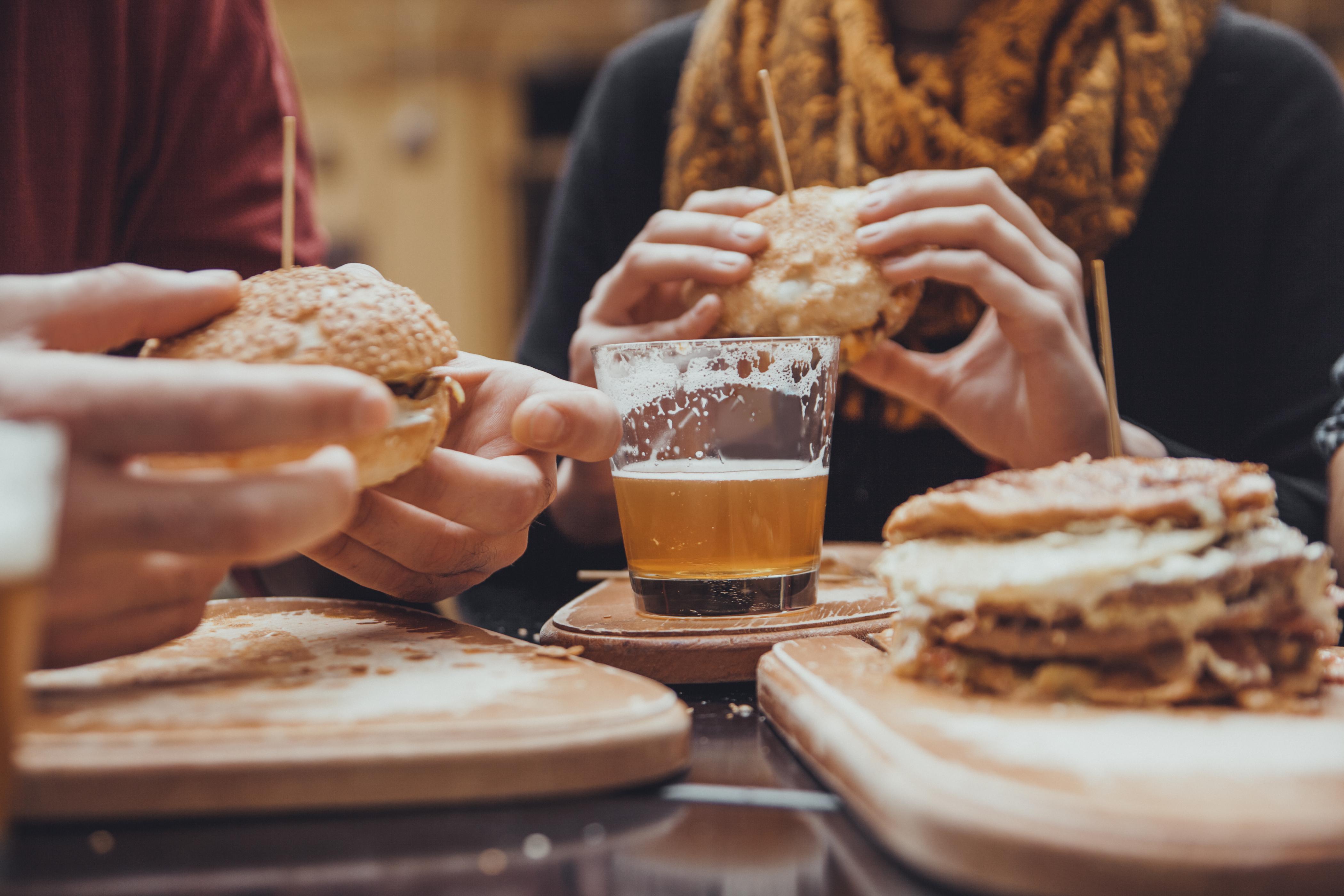 Para bajar la barriga cervecera habrá que 'salir de cañas' con moderación (iStock)