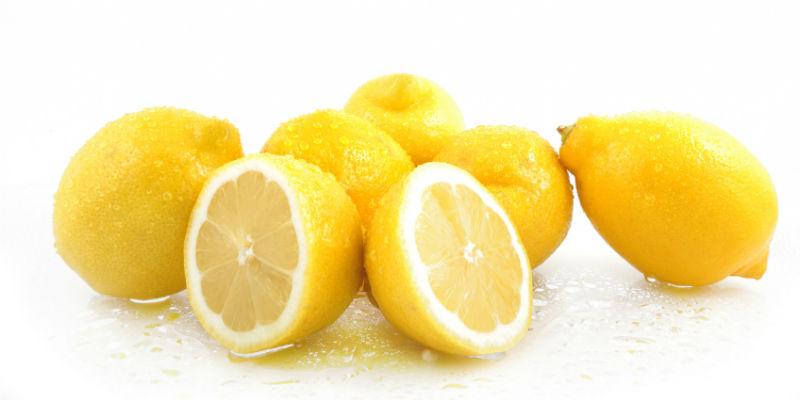Uno de los principales beneficios de beber agua con limón en ayunas es el de adelgazar (iStock)