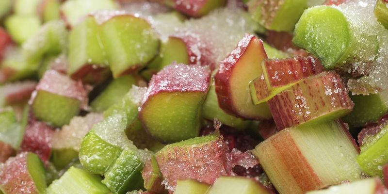 El ruibarbo se puede comer crudo, en infusión, en polvo o como ingrediente de repostería (iStock)