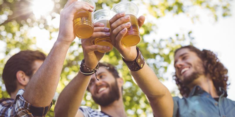 Tal vez la cerveza no ayude pero los amigos si (iStock)