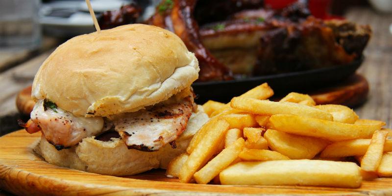 Las grasas, la sal, etc... de la comida basura disminuye el deseo sexual. (Pixabay)