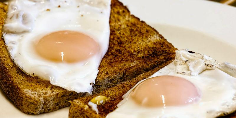 El huevo reduce los efectos de la deshidratación que provoca el alcohol (Pixabay)