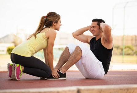 Los ejercicios de abdominales ofrecen muchas opciones para hacerlos en pareja (iStock)