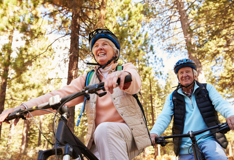 Rodar en bicicleta es una actividad ideal para personas de avanzada edad (iStock)