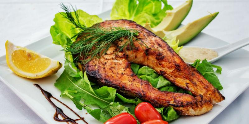 Ingerir alimentos ricos en grasas y carbohidratos favorece la formación de una especie de película protectora en el estómago (Pixabay)