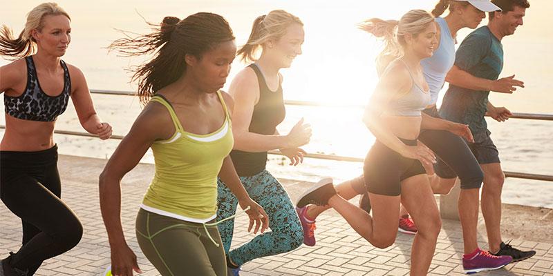 El ejercicio aeróbico es básico para quitar los michelines (iStock)