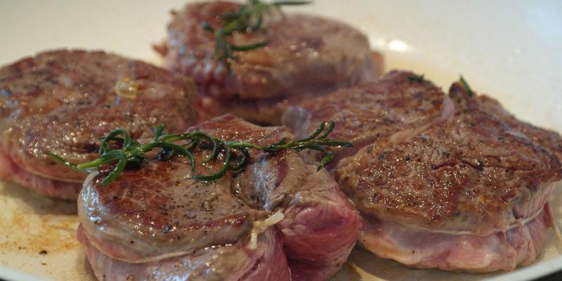 La carne roja favorece la oxigenación del cuero cabelludo (Pixabay)