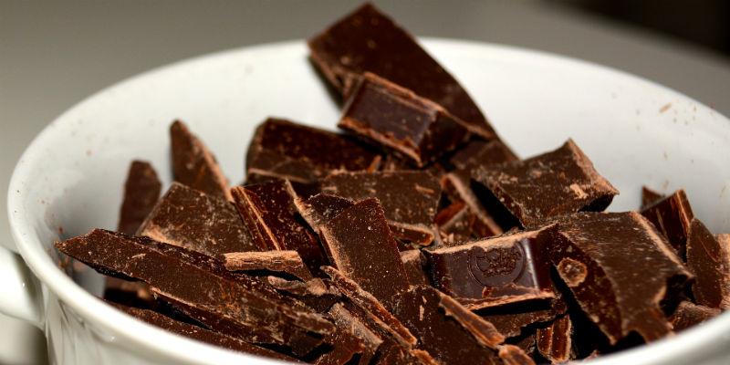 El chocolate negro está entre los alimentos anti-estrés por su poder de reducir la presión sanguínea. (Pixabay)