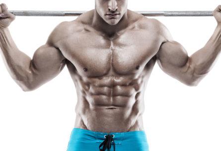 Las pesas son habituales en los ejercicios para aumentar pectorales (iStock)