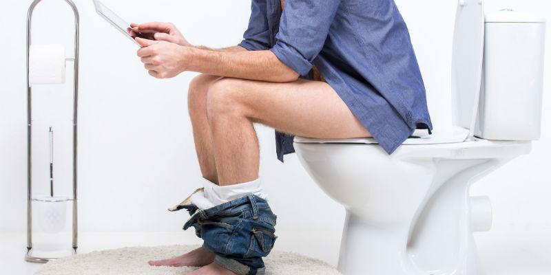 Para evitar el estreñimiento hay que ir al baño cada vez que hay necesidad y dedicar al menos un minuto por la mañana y otro por la noche en ir al baño e intentar realizar una deposición. (iStock)