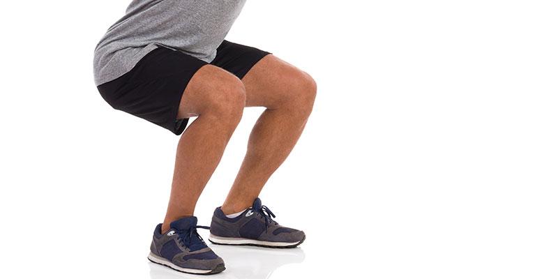 Las sentadillas son un buen ejercicio para cuidar tus rodillas (iStock)