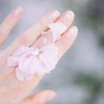 ¿Qué significan realmente las manchas blancas de las uñas?