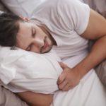 4 posturas para dormir y descansar mejor