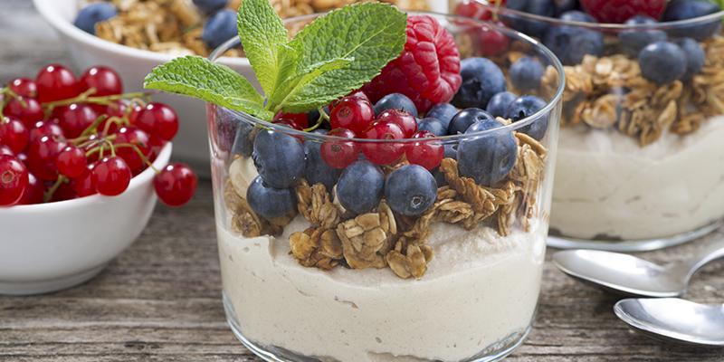 Yogurt con muesli y frutos rojos (iStock)