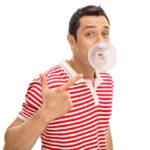 Masticar chicle sin azúcar tras beber alcohol es sano para tu boca
