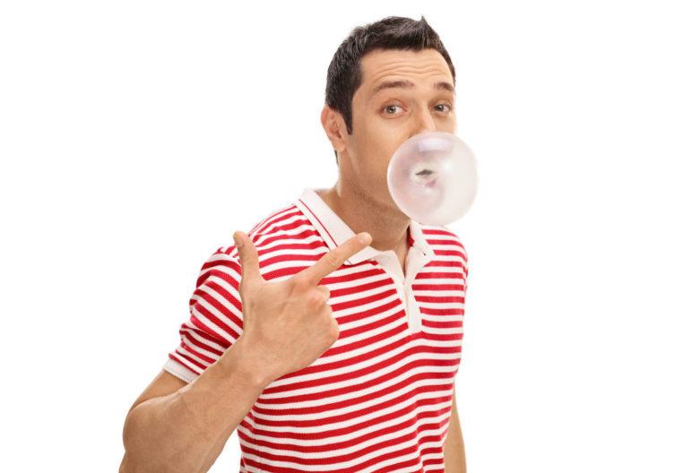 Masticar chicle sin azúcar después de beber alcohol puede ser beneficioso para combatir los efectos nocivos del alcohol en la boca. (iStock)