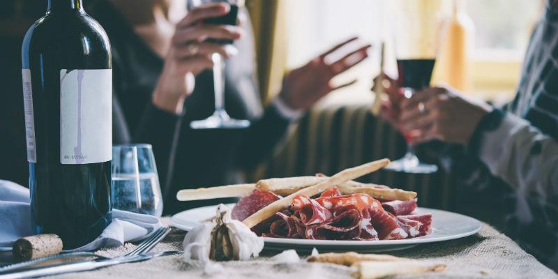 Se puede pensar dónde sentarse, ya que los que están en los extremos de la mesa suelen tener menos acceso a los entrantes, bandejas, cestas de pan... (iStock)