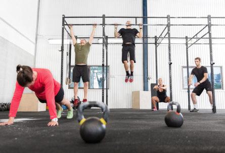 El crossfit consiste en una sucesión de ejercicios en constante variación. (iStock)
