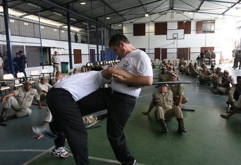 """El krav maga es un sistema de defensa personal. (Flickr - Fotos GOVBA - Policiais Treinam """"Krav Magá"""")."""