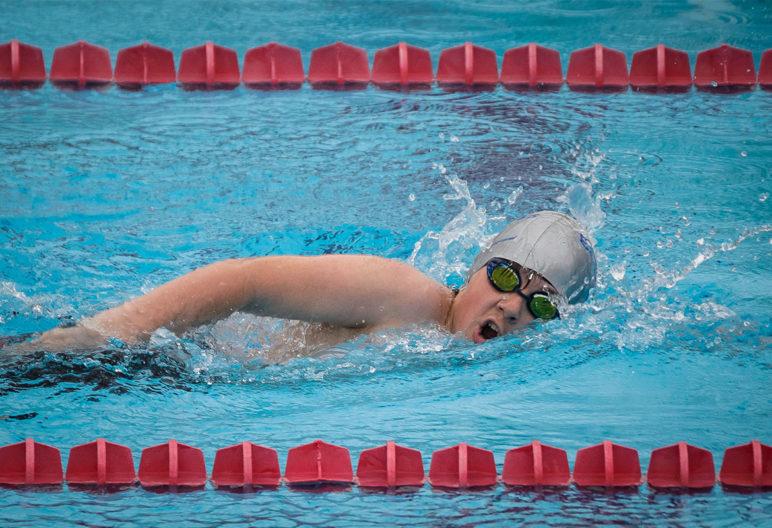 Cómo hacer la brazada es uno de los consejos para nadar correctamente. Sdr Arenas Sección de Natación - Joranda Final Alevín Benjamín AMAYA 2. (Flickr).