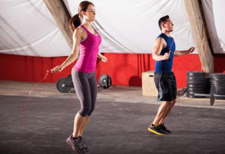 Saltar a la comba es uno de los ejercicios para adelgazar piernas rápidamente. (iStock)