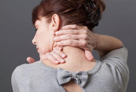 El dolor de cervicales se puede extender a hombros y espalda. (iStock).
