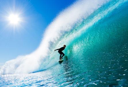 Los tipos de surf se establecen dependiendo de la tabla. (iStock).