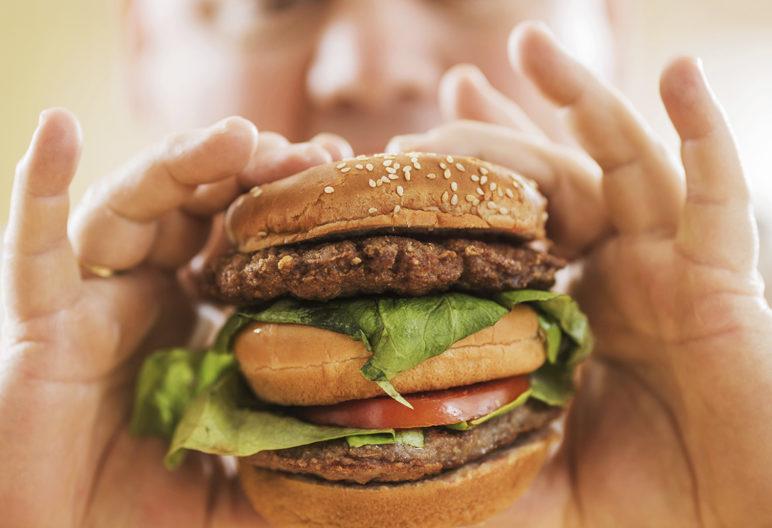 Los alimentos ultraprocesados favorecen la obesidad (iStock)